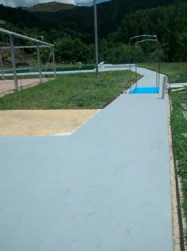 Pasarelas y playas de piscina publica, tratadas con sistema antideslizante.