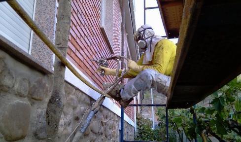 Inyección de espuma de poliuretano para rellenar cámara de vivienda.