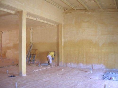 Proyección de espuma de poliuretano en paredes y suelos interiores.