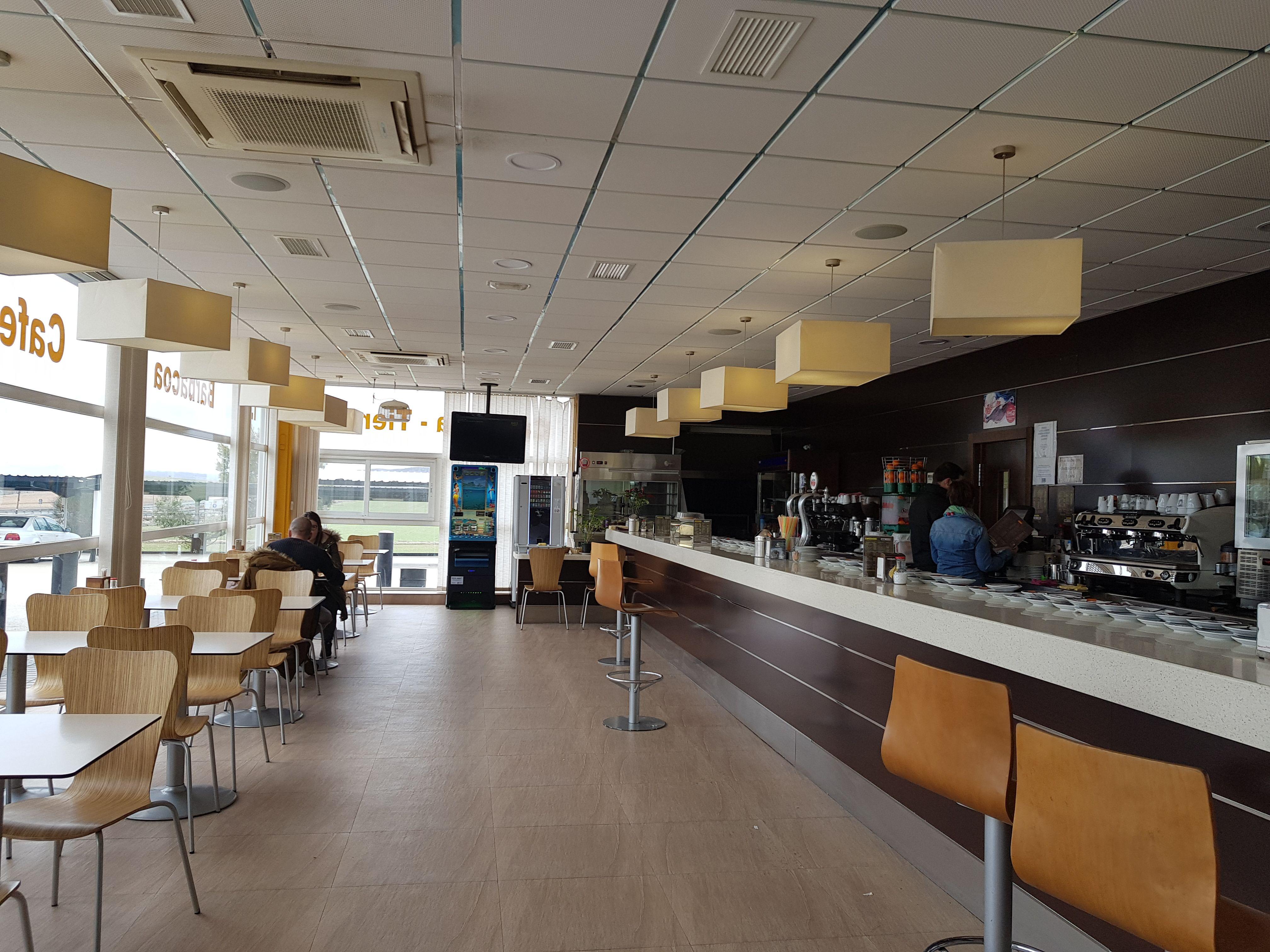 Estación de servicio con cafetería las 24 horas en Montalbo