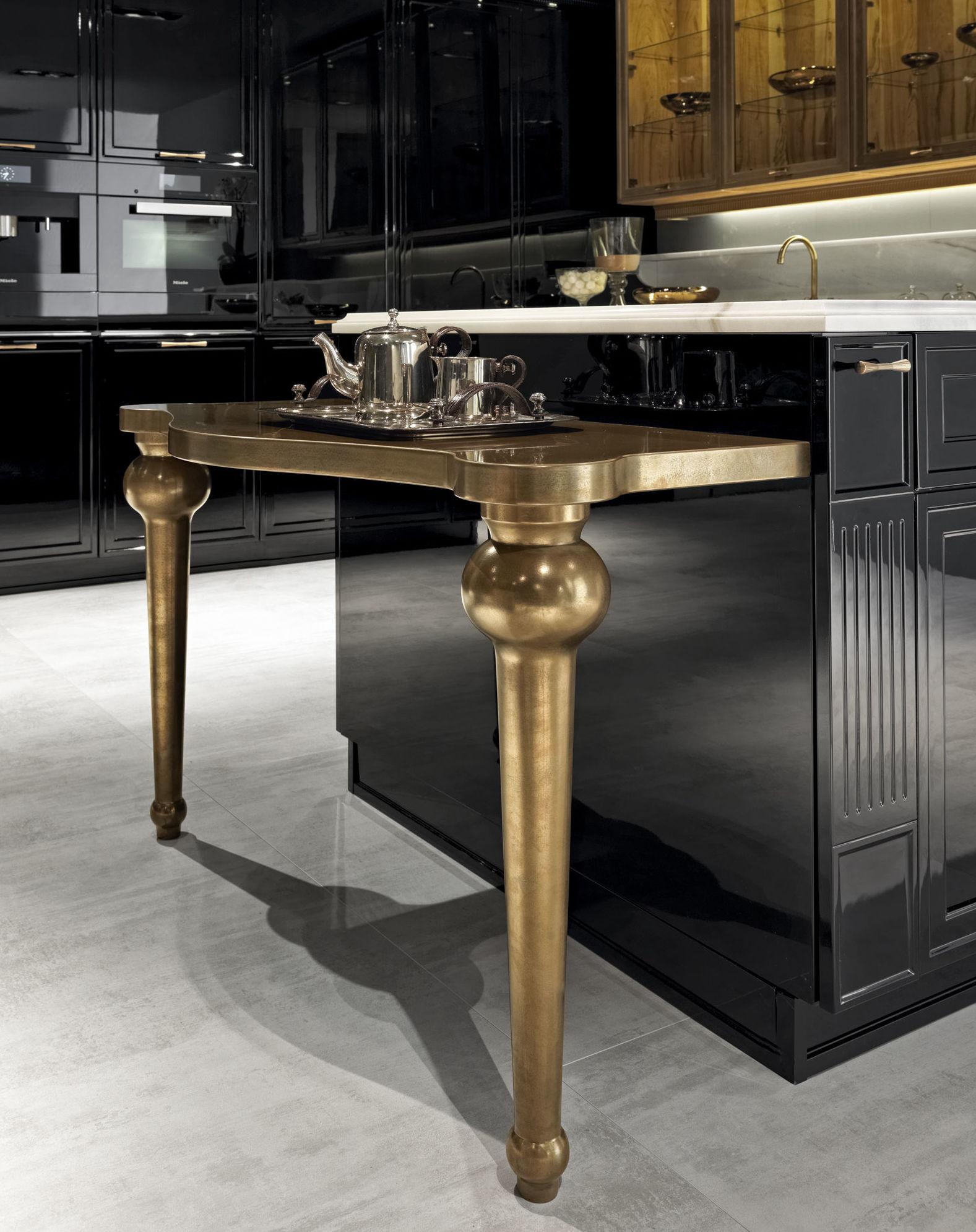 Detalle de un mueble de cocina en color oro