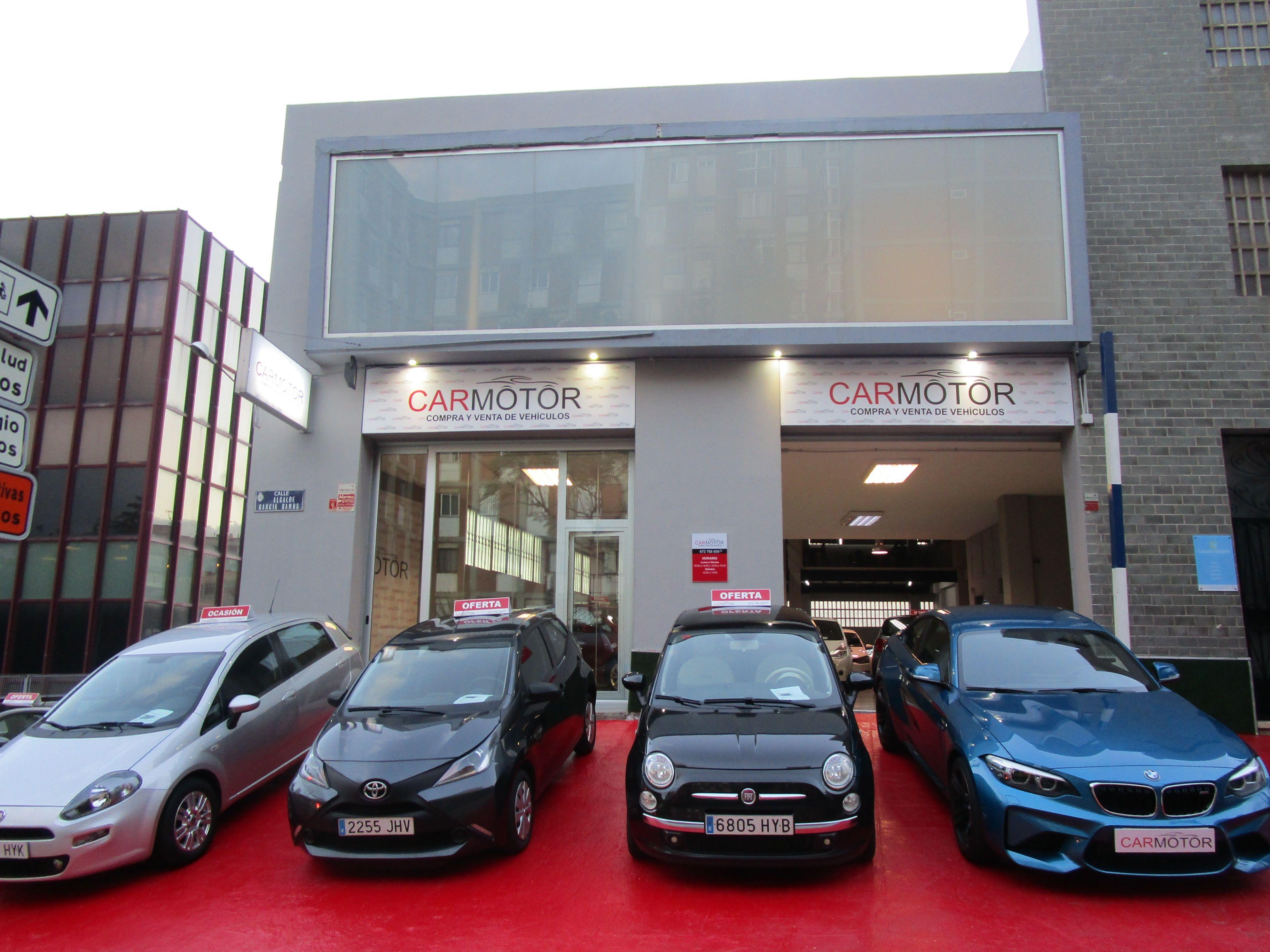 Automóviles estacionados en Carmotor a punto de ser revisados por personal
