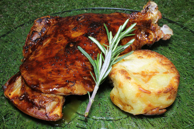 Plato de cordero con patata asada