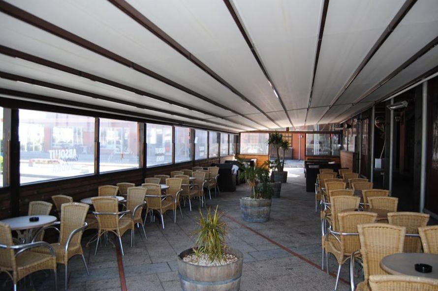 Amplia terraza en el puerto deportivo de Getxo