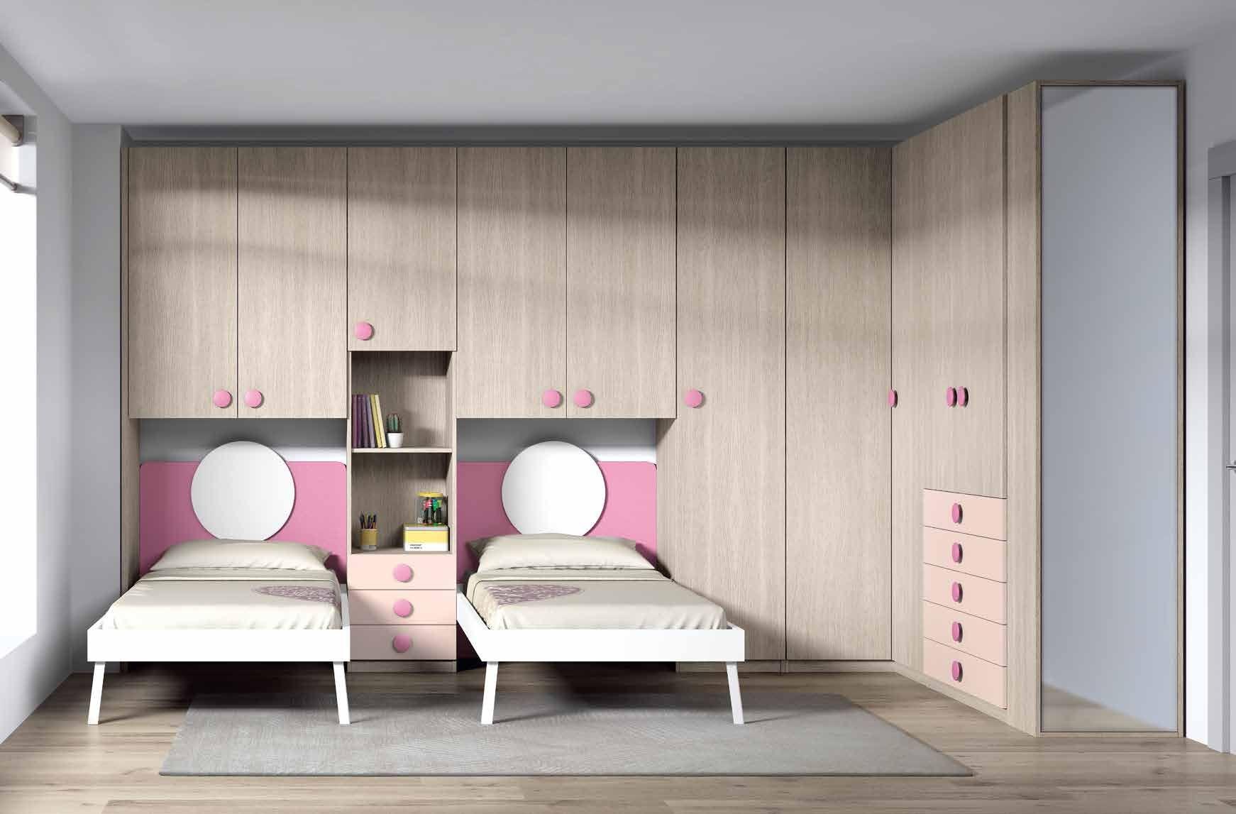 Habitación con dos camas y vestida con armario rincón y terminal zapatero