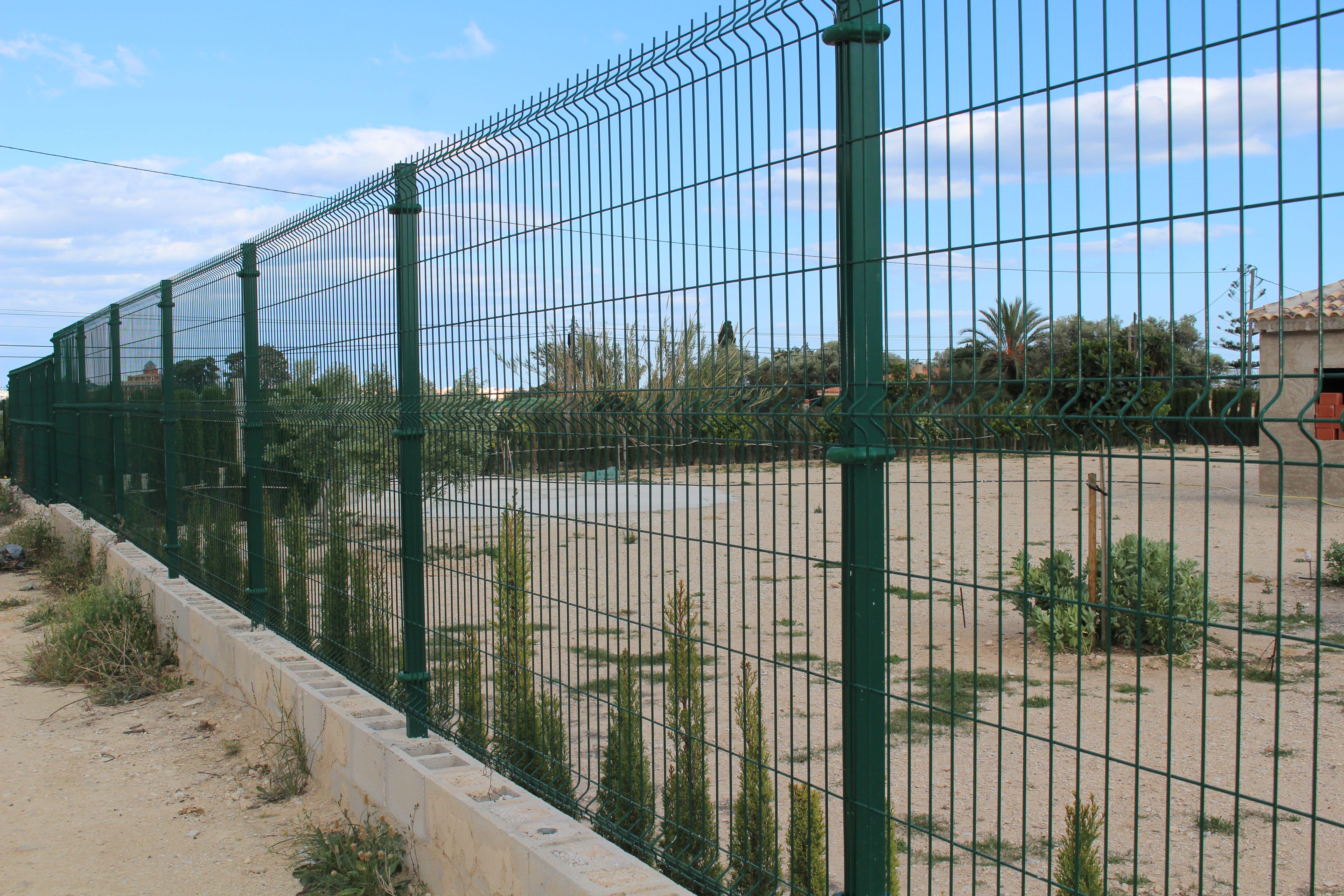 Vallas metálicas duraderas y resistentes en Alicante