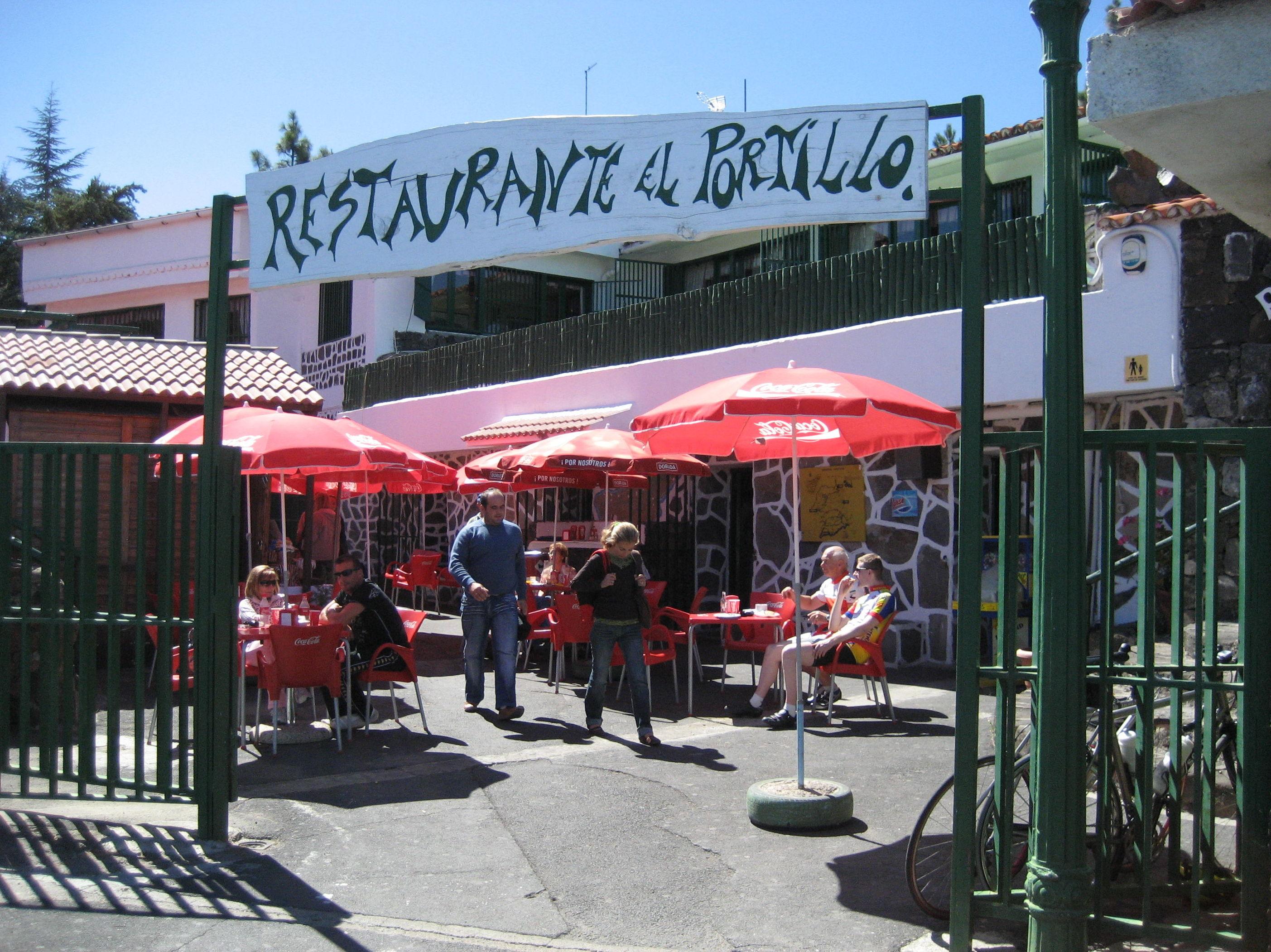 Entrada con terraza exterior del restaurante El Portillo