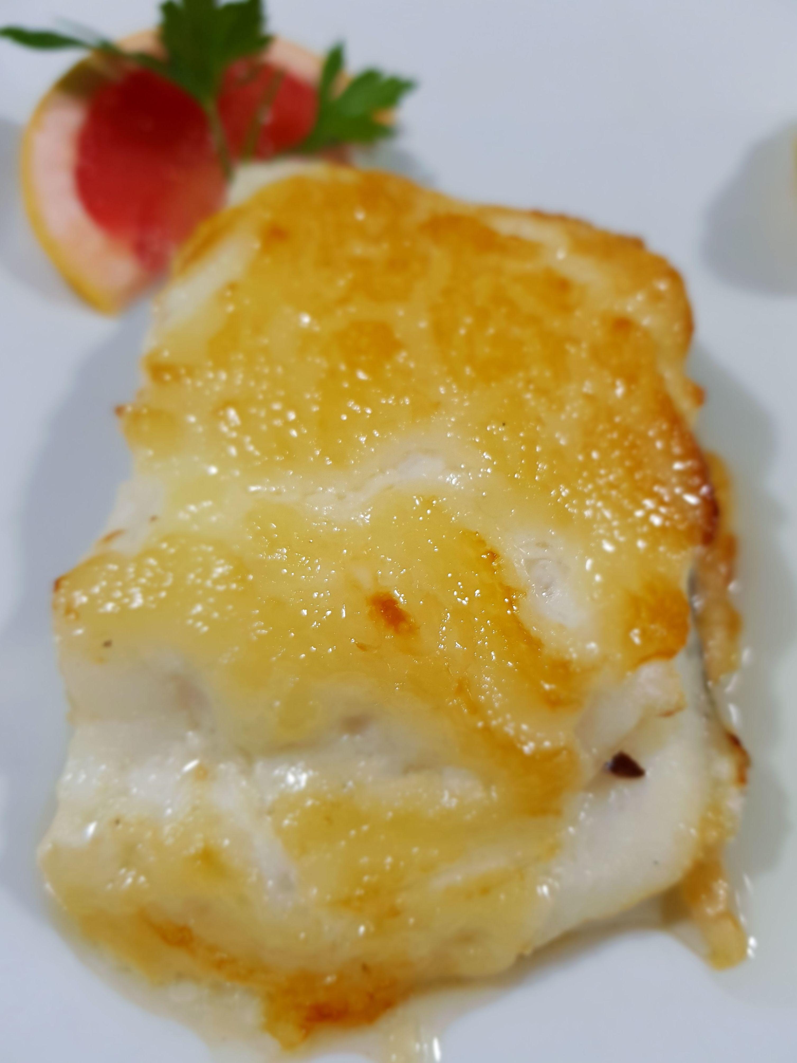 Bacalao fresco gratinado con alioli y miel