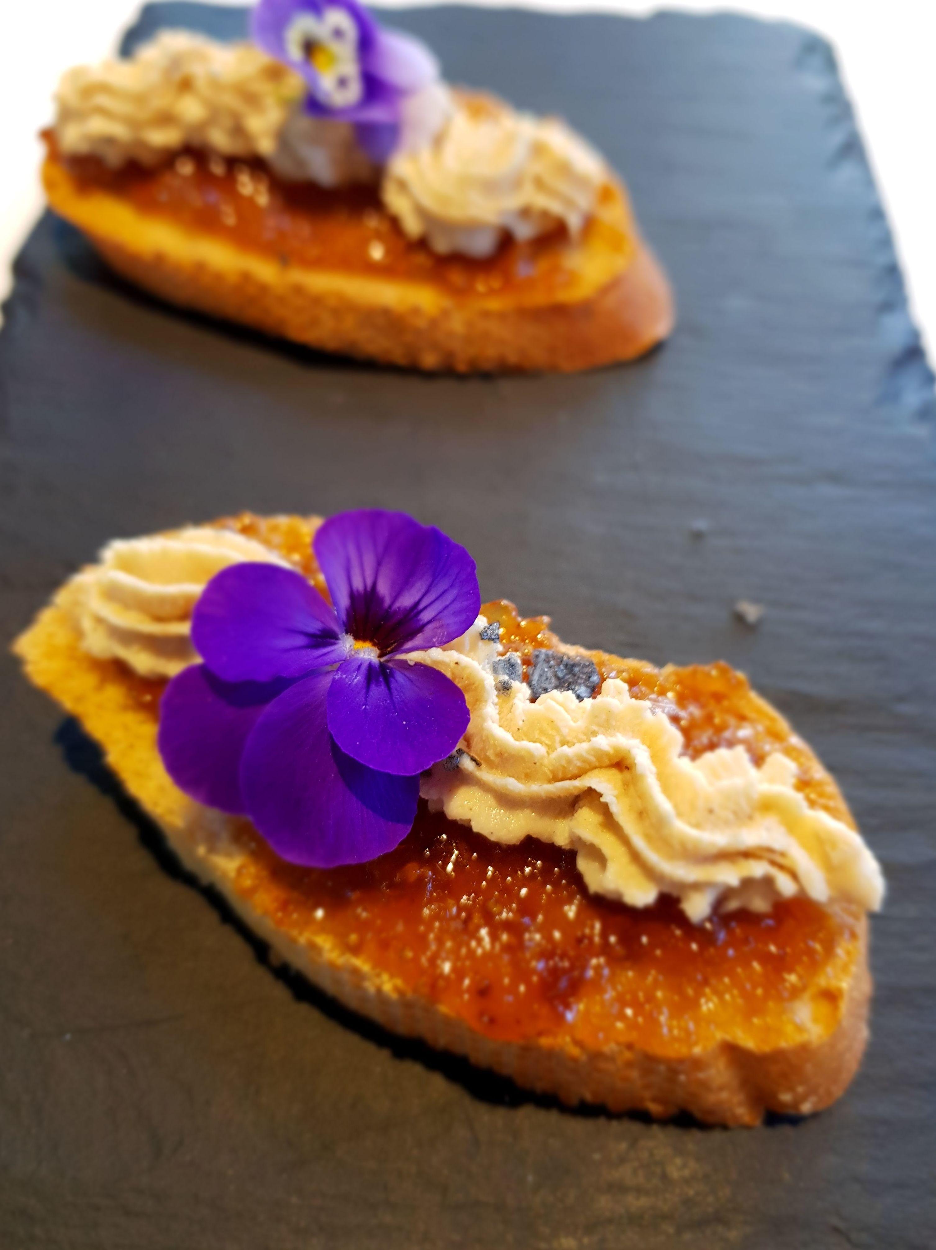 Tosta de mousse de foie con compota de higos.