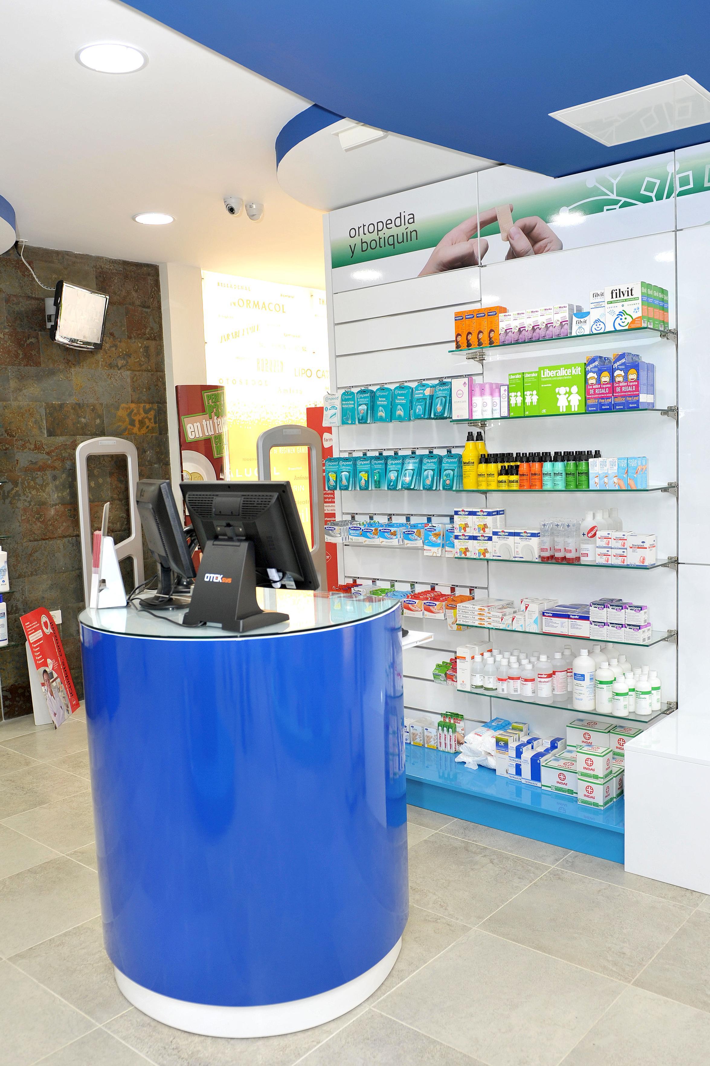 Farmacia La Cuesta. Estanterías
