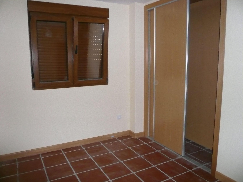 interior con armario y ventana de PVC