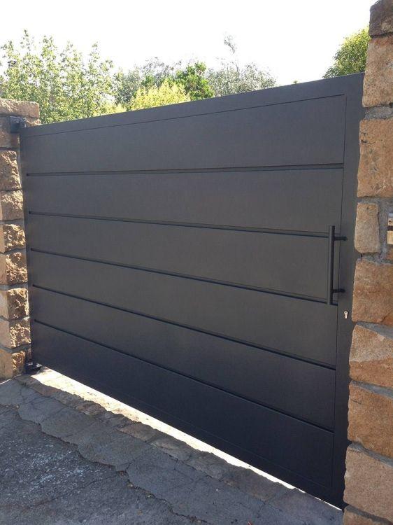 Instalación de puertas metálicas en Ibiza