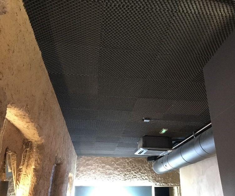 Material absorbente colocado en techo en un restaurante en Madrid