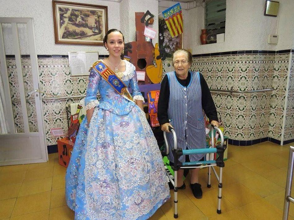 Ana junto a su abuela María.