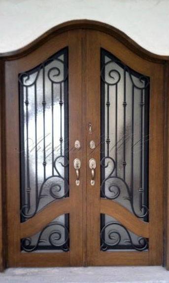Puertas de madera engalanadas con forja