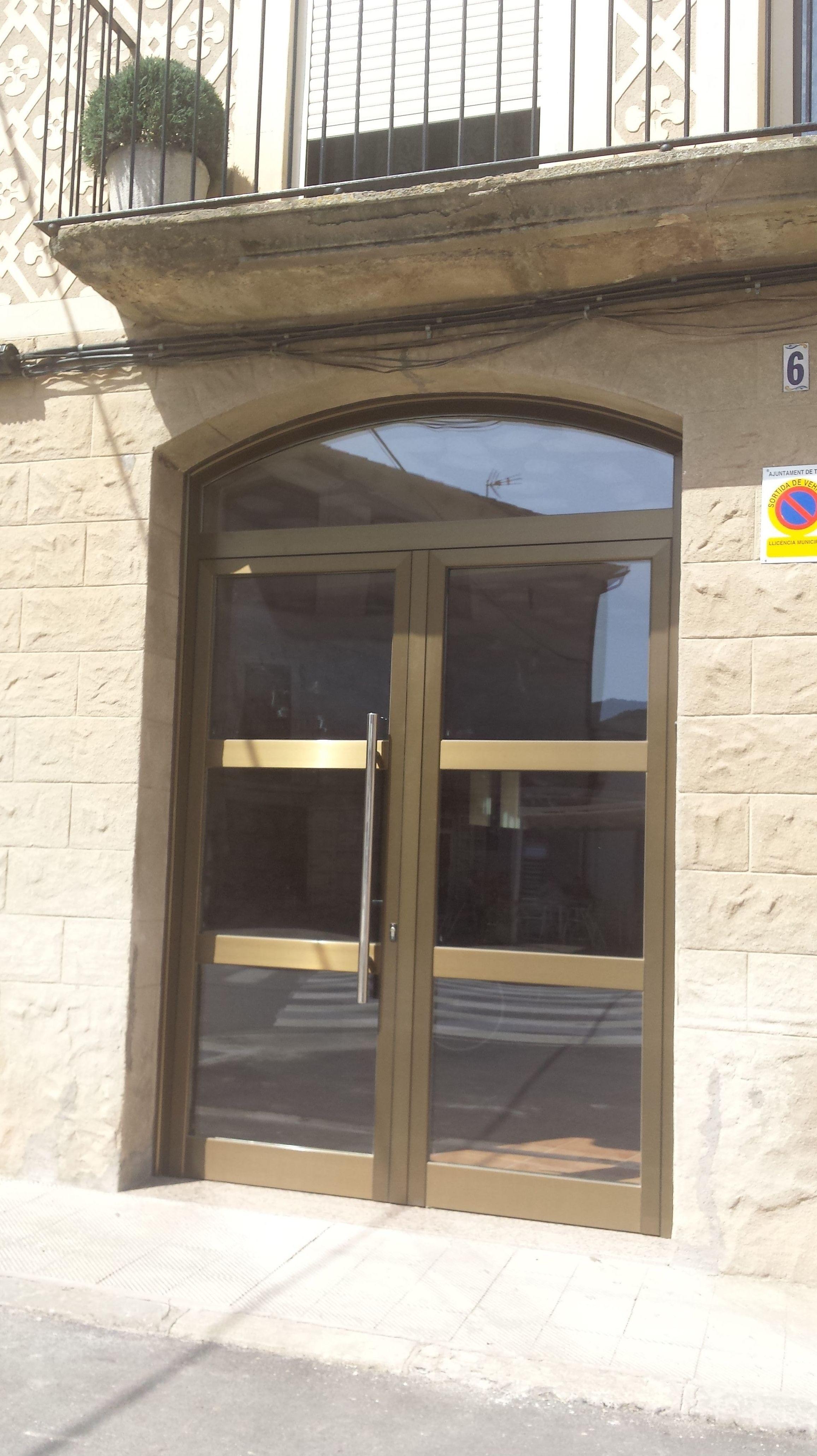 puerta de aluminio curvado