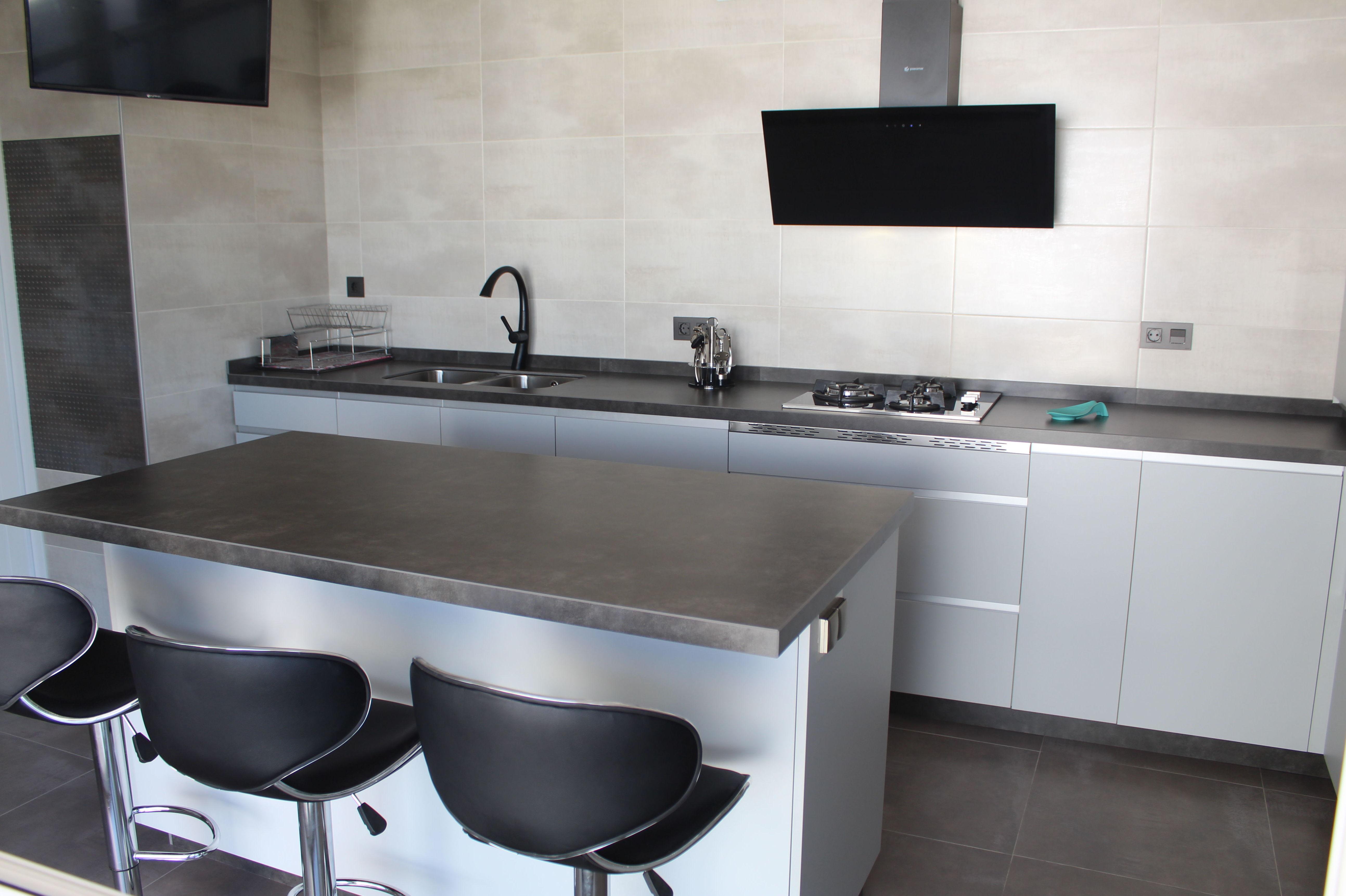 Cocina gris nube con tirador aluminio y encimera óxido: Nuestros trabajos de Cocinas  MYDO