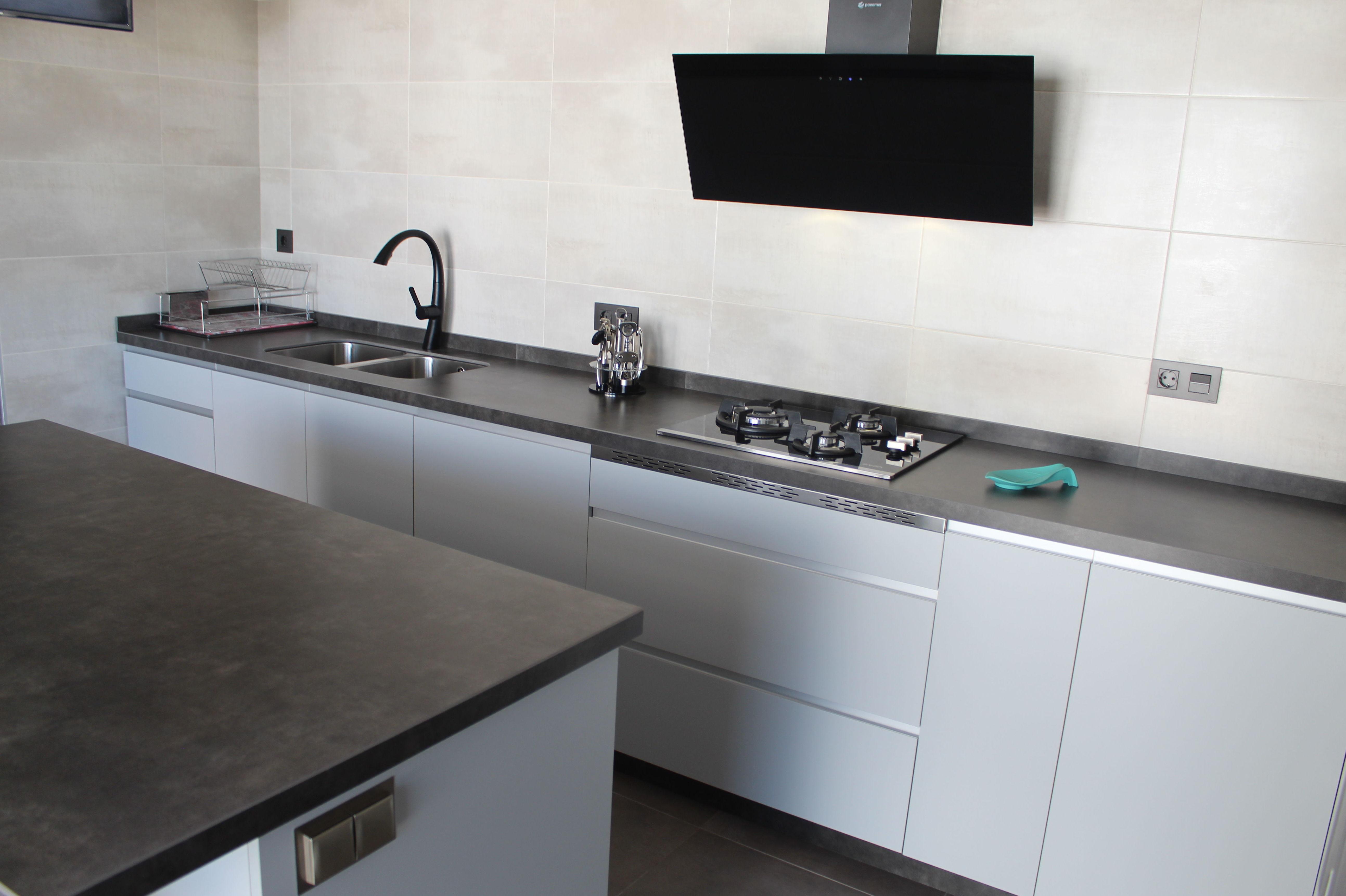 Cocina Luxe con tiradores de aluminio