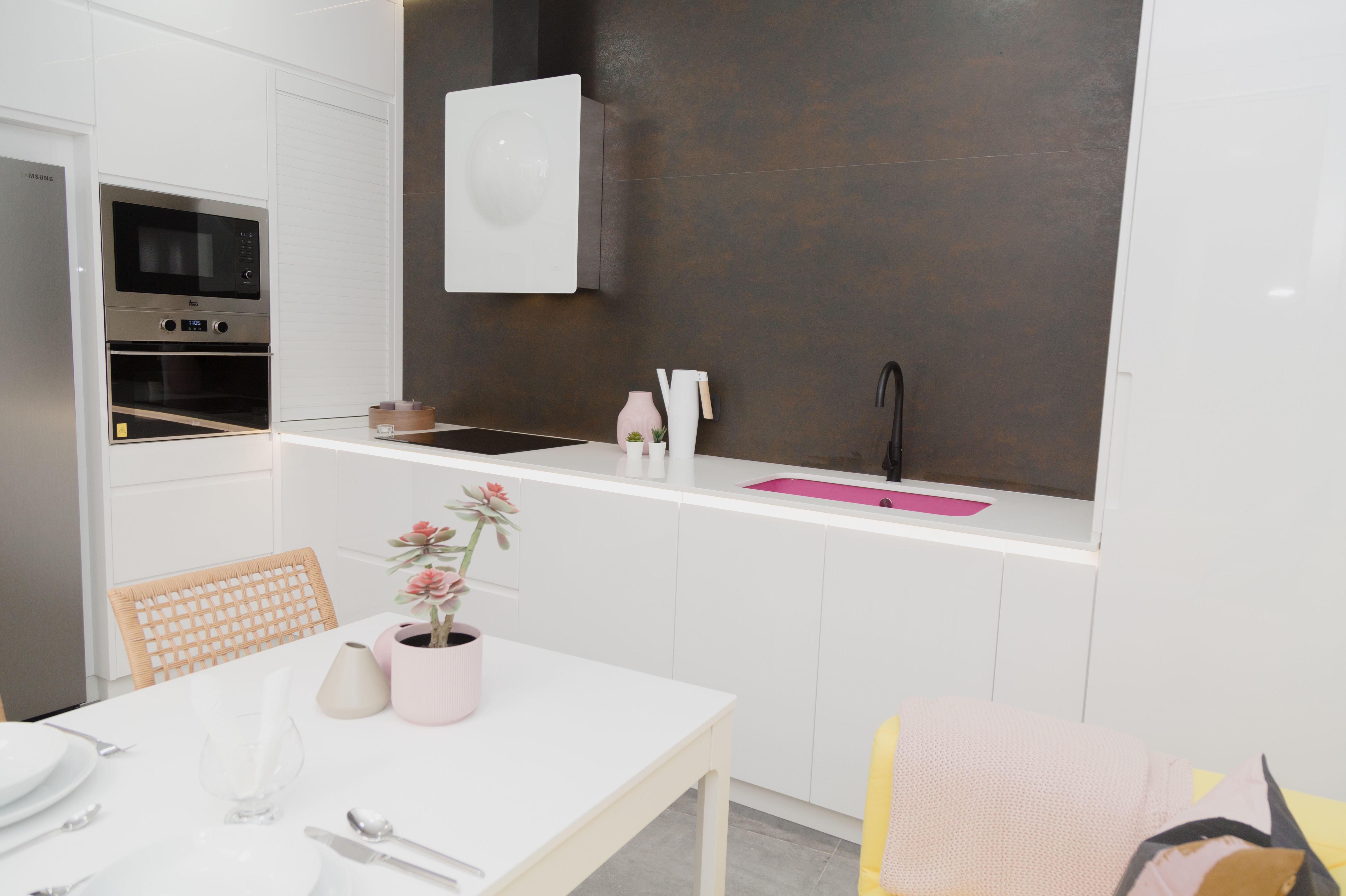 Singular cocina blanca con un toque muy personal en fucsia