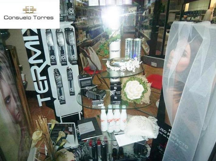 Escaparatismo de productos de peluquería para bodas