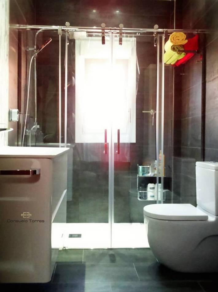Cuarto de baño con contraste y elementos muy definidos