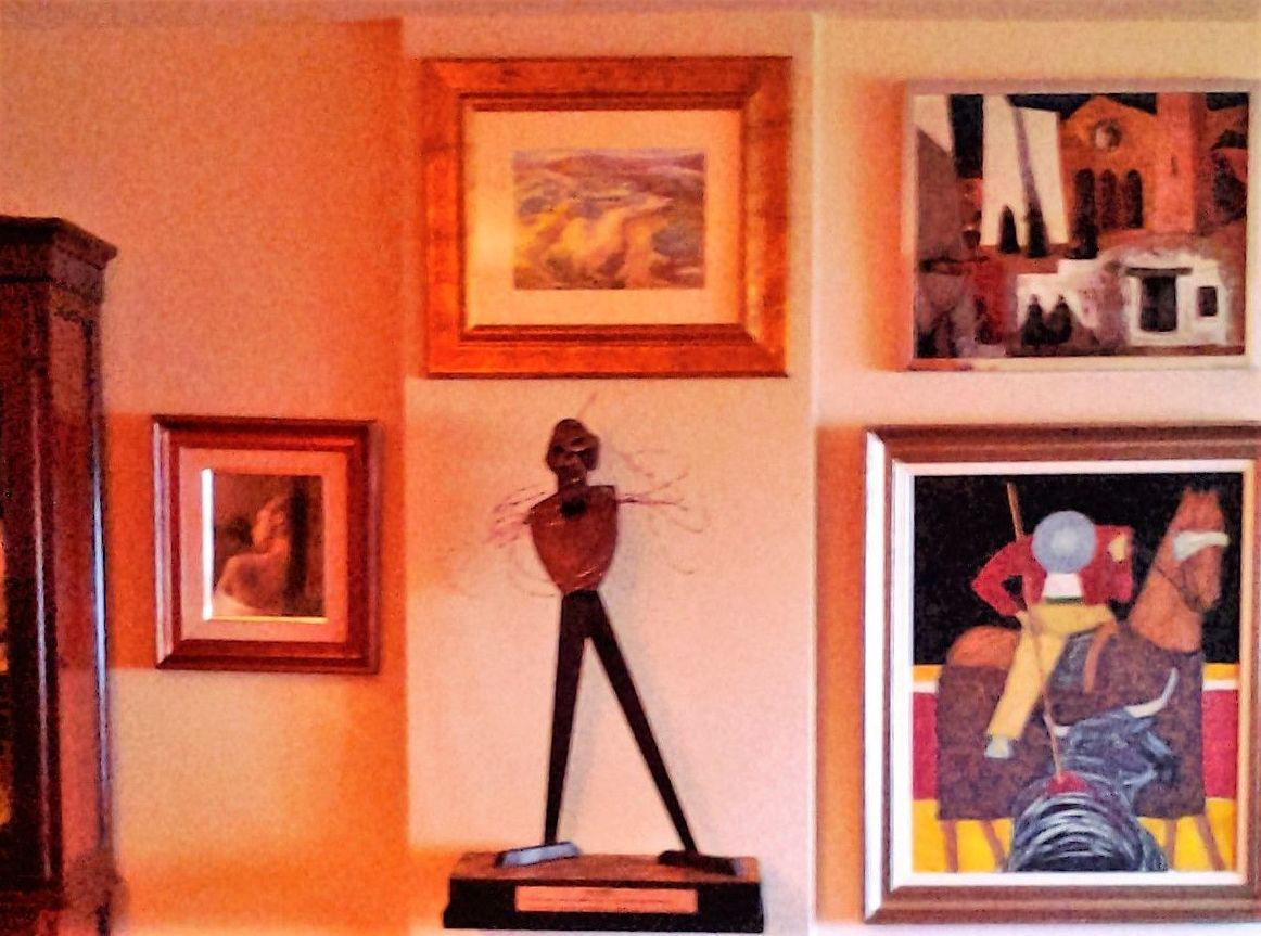 Composición de cuadros y escultura