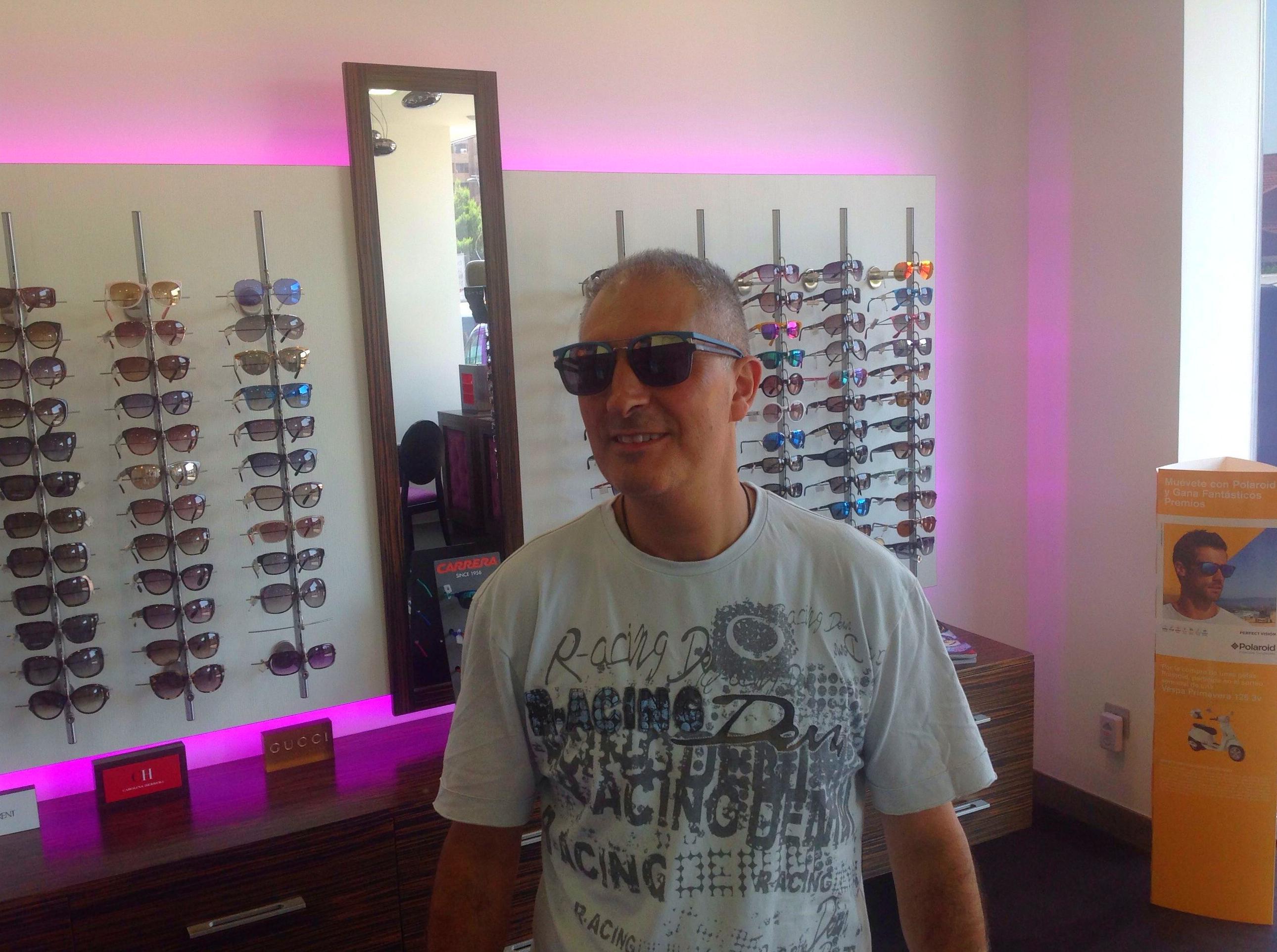 Un amigo probando las gafas police Neymar.