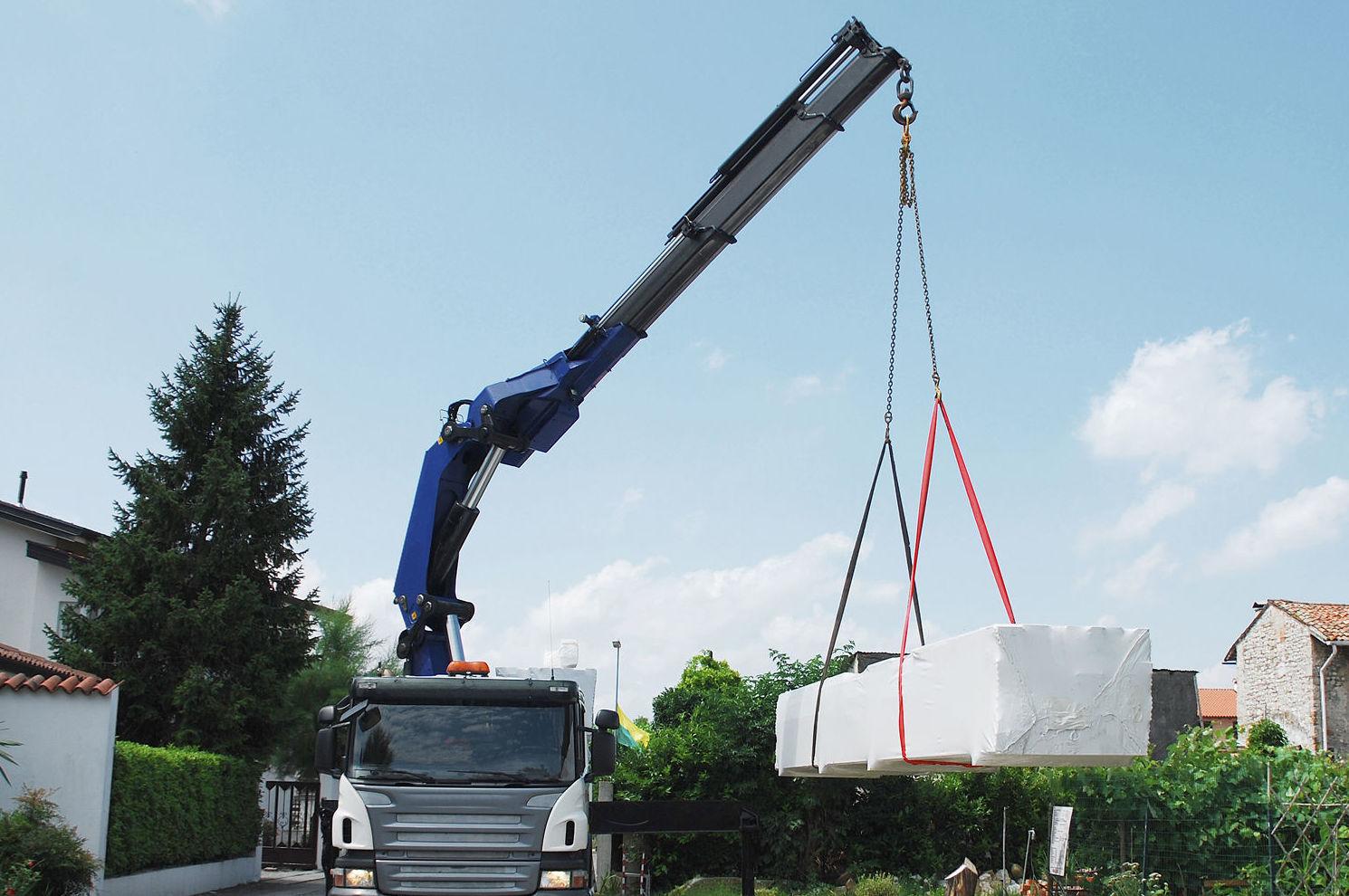 Transporte con camión grúa de materiales de construcción