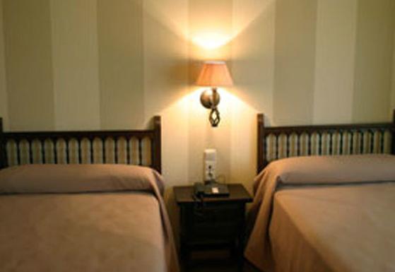 Hotel con 30 habitaciones con TV, aire acondicionado y teléfono