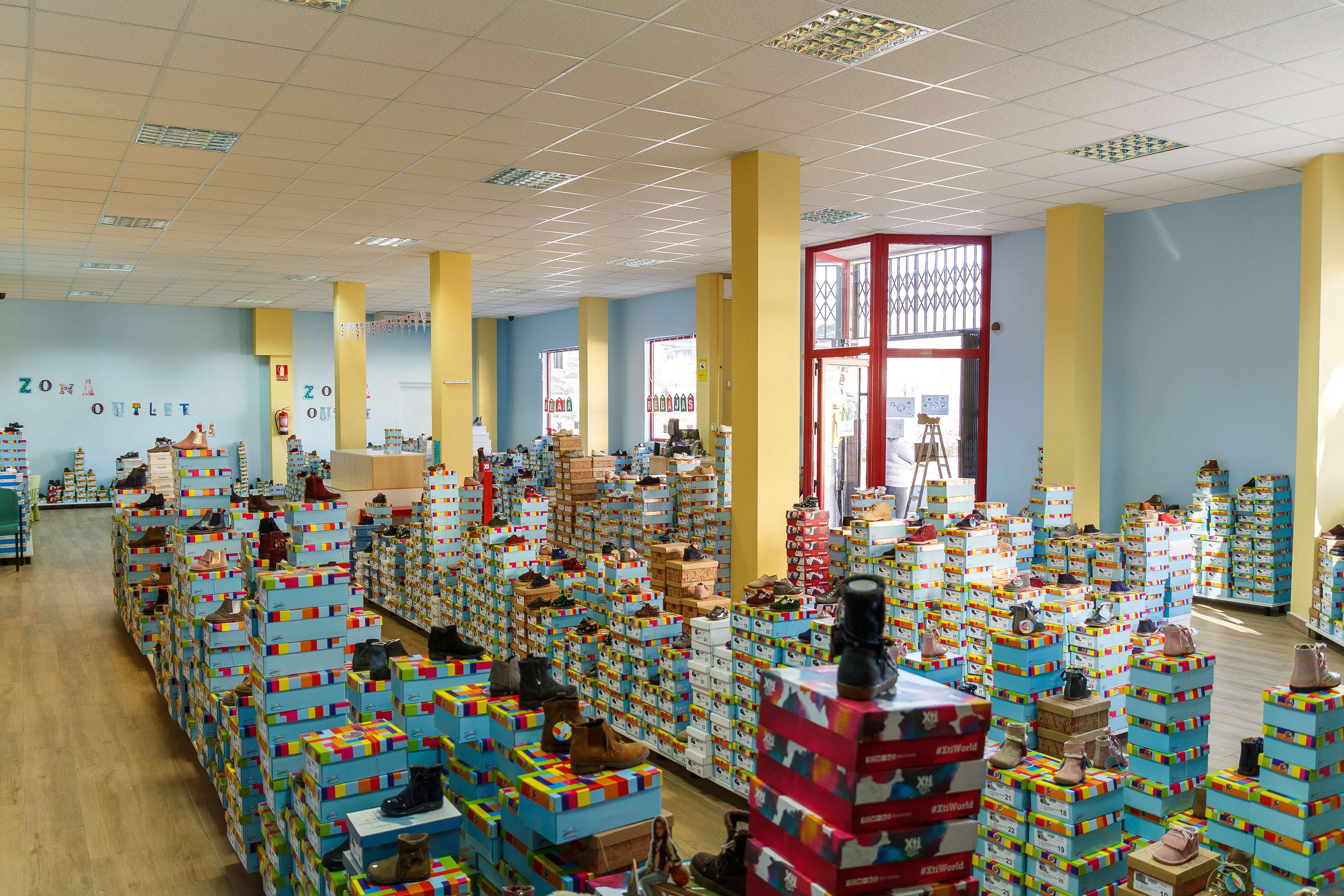 Gran variedad de zapatos para niños en Illueca