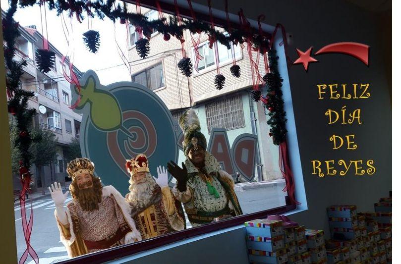 Anda que alegría!Nos han aparecido por la ventana, y nos han contado todos los detalles de ayer… Os tenemos que felicitar porque habéis sido la mayoría muy buenos. Feliz día de Reyes, que disfrutéis mucho de vuestros regalos.Estaremos hasta las 14:00