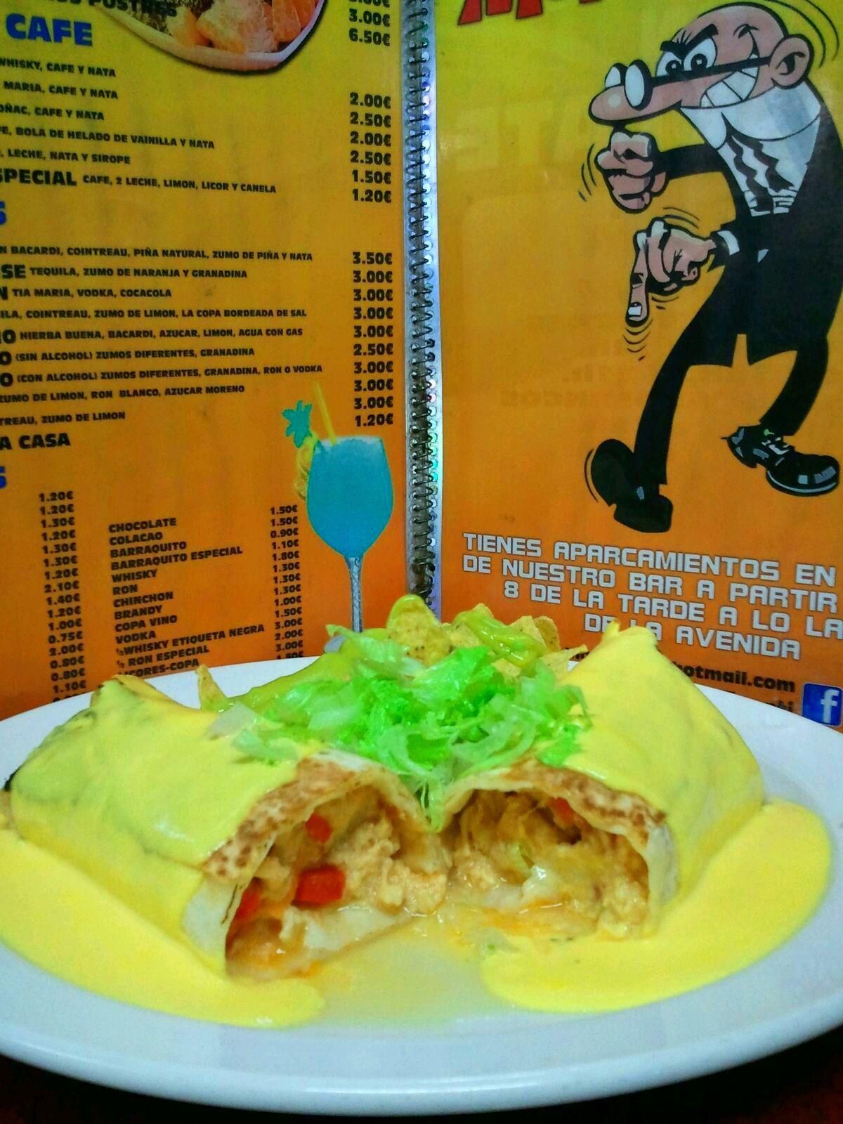 Burrito de pollo mechado con salsa de queso.