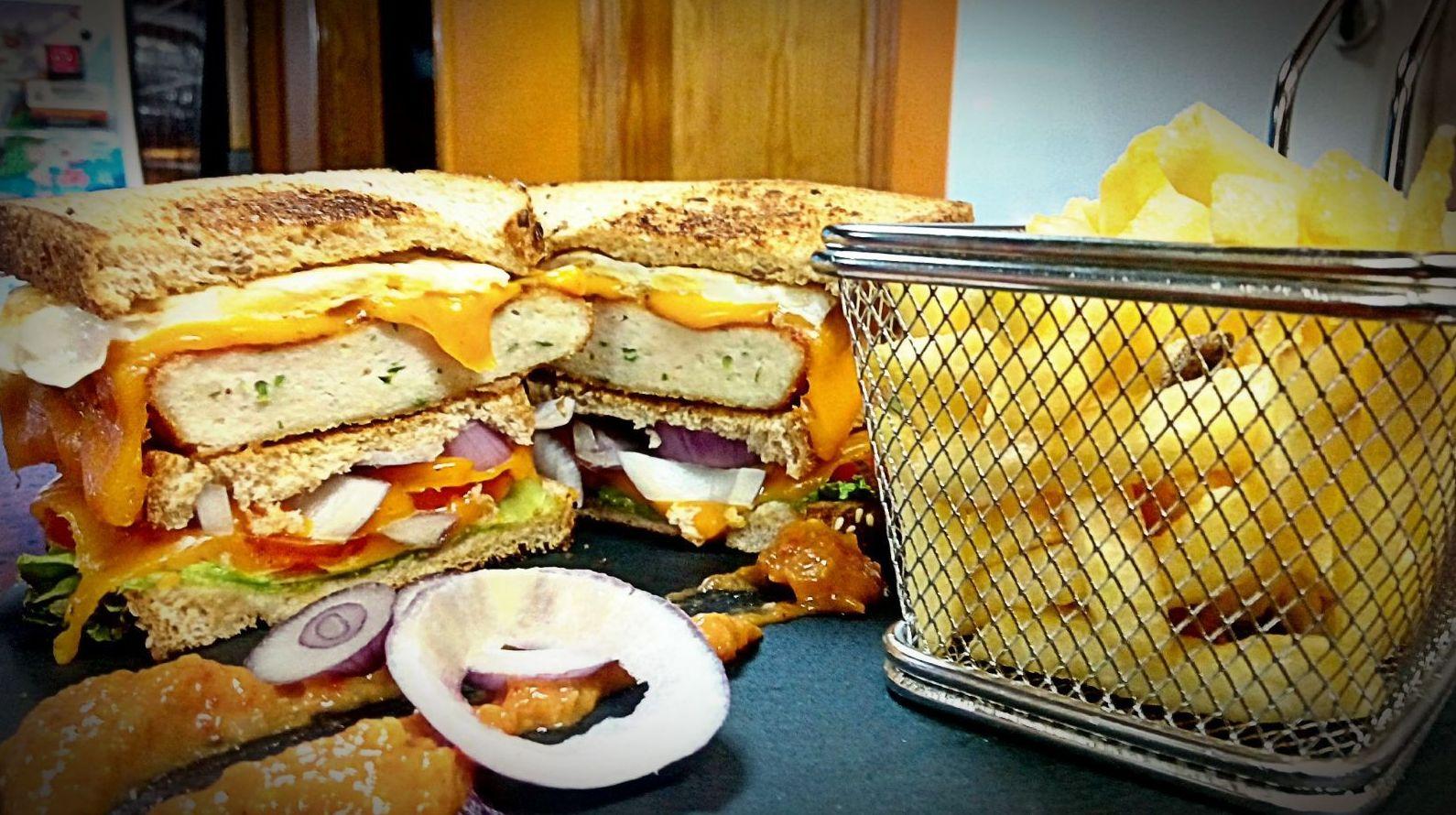 sándwich de escalope de pollo casero.