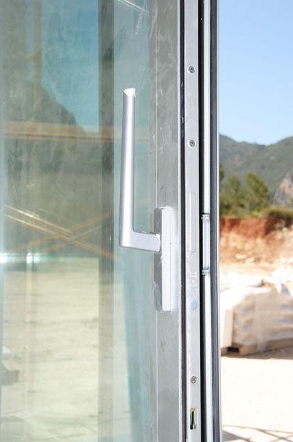 Detalle de puerta de aluminio  en Rocafort