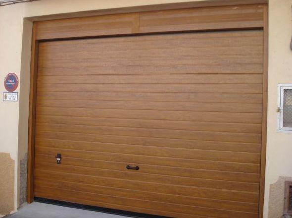 Puertas seccionables de imitación a madera Valencia