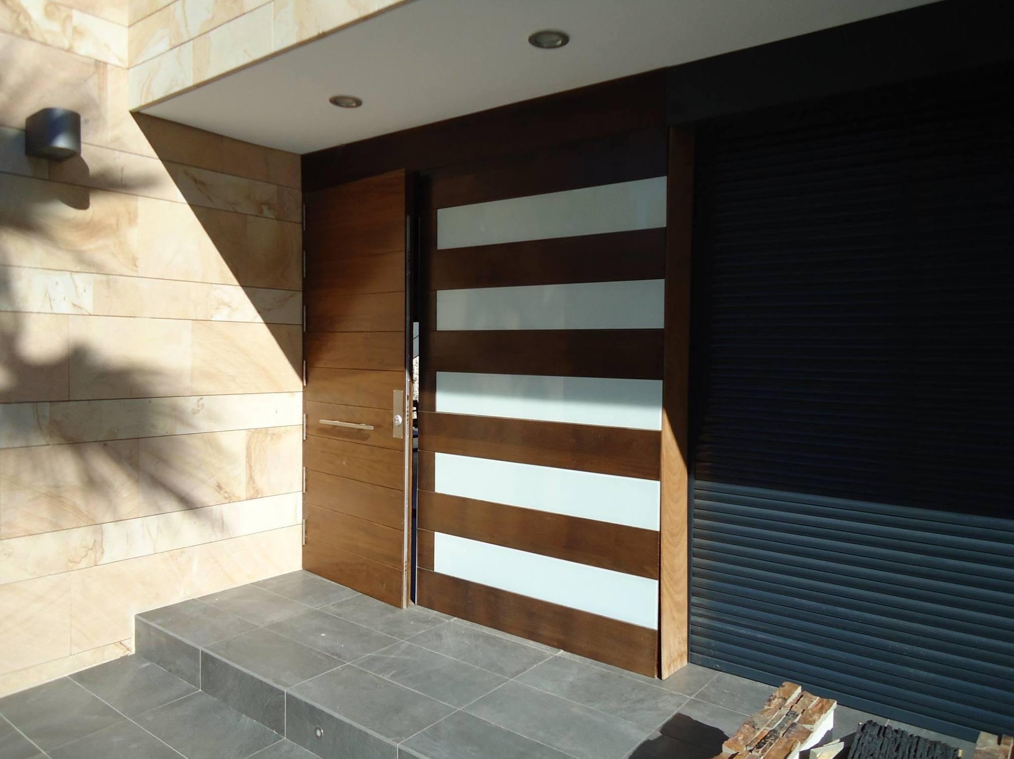 Puerta de entrada de madera