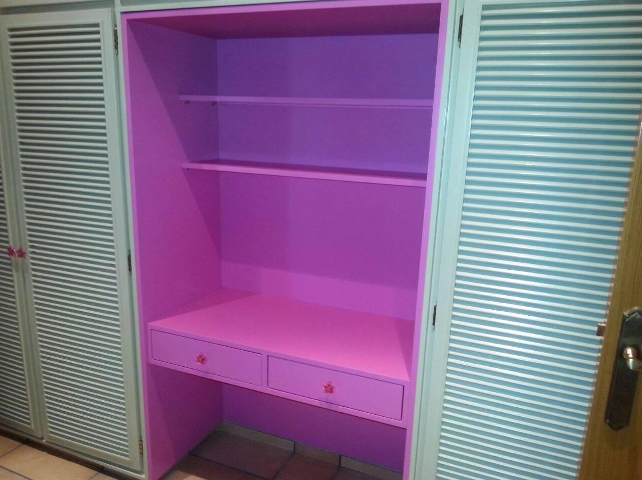 Armario de madera con interior en rosa