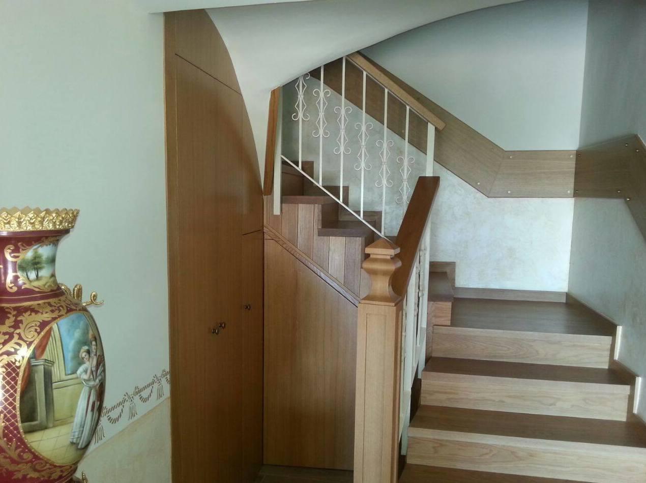 Escalera forrada en madera de roble