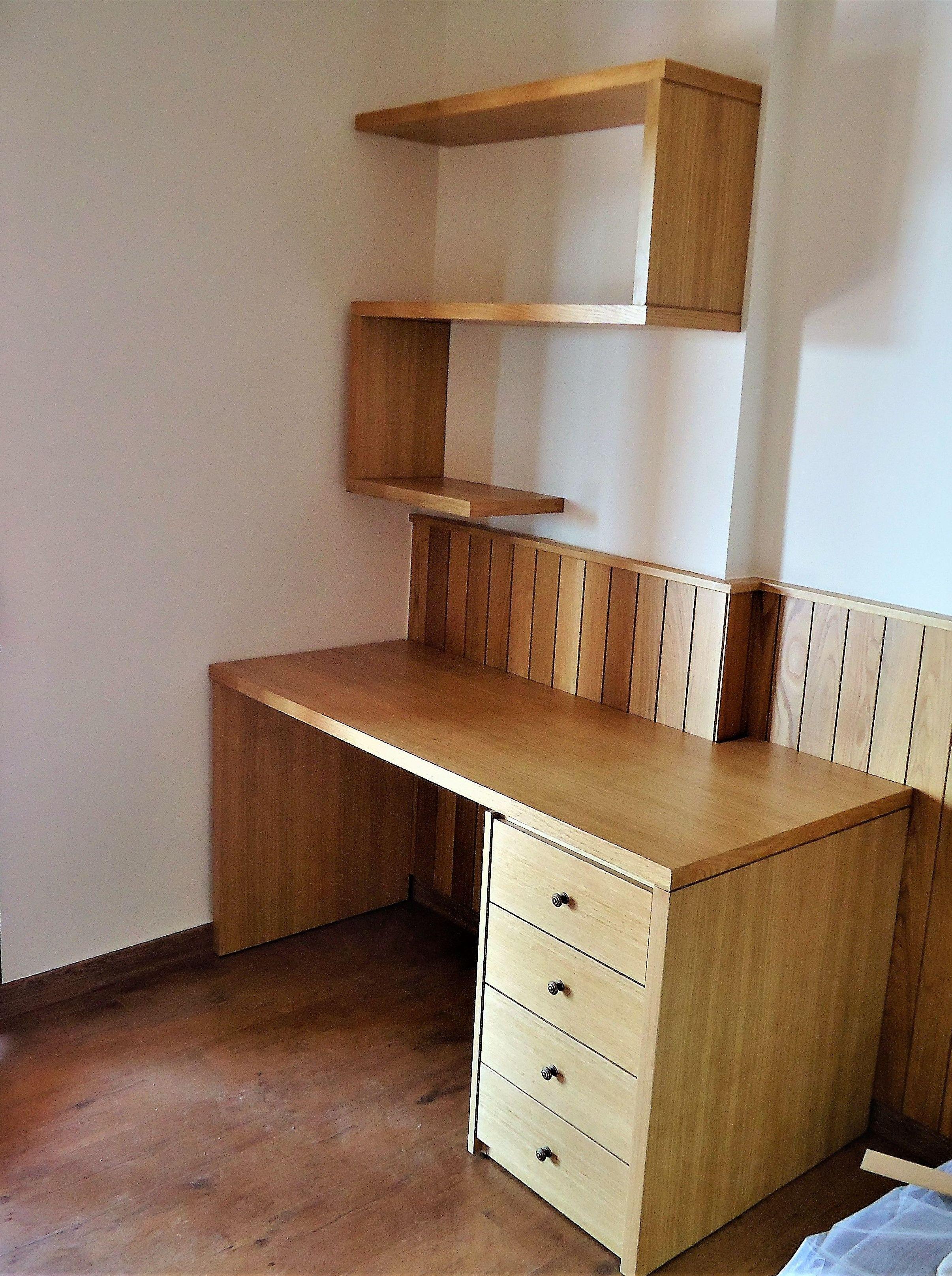 Mesa escritorio y lejas en rechapado roble lacado, y zocalo pared en roble macizo.