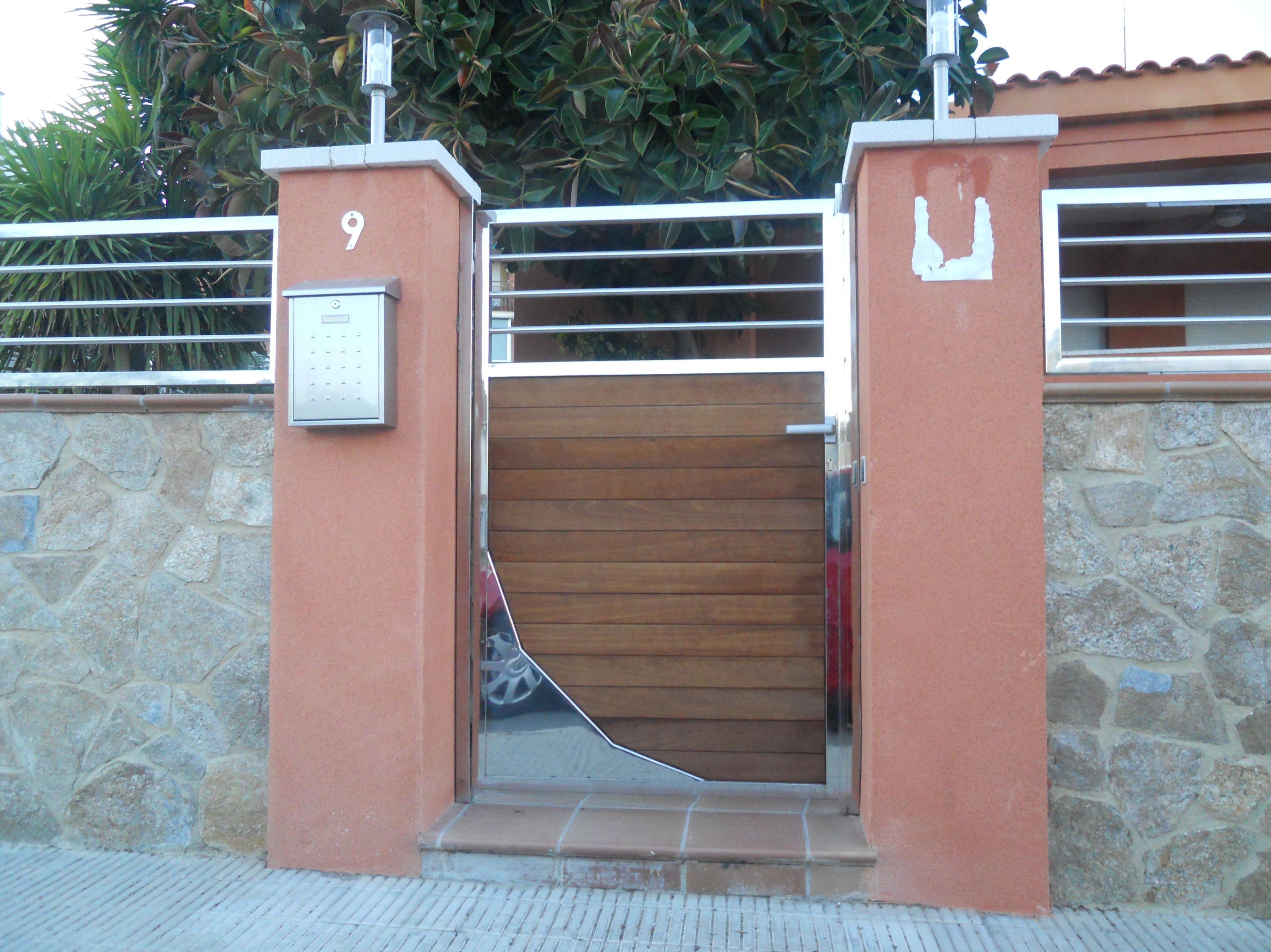 Puerta de entrada de INOX y Madera
