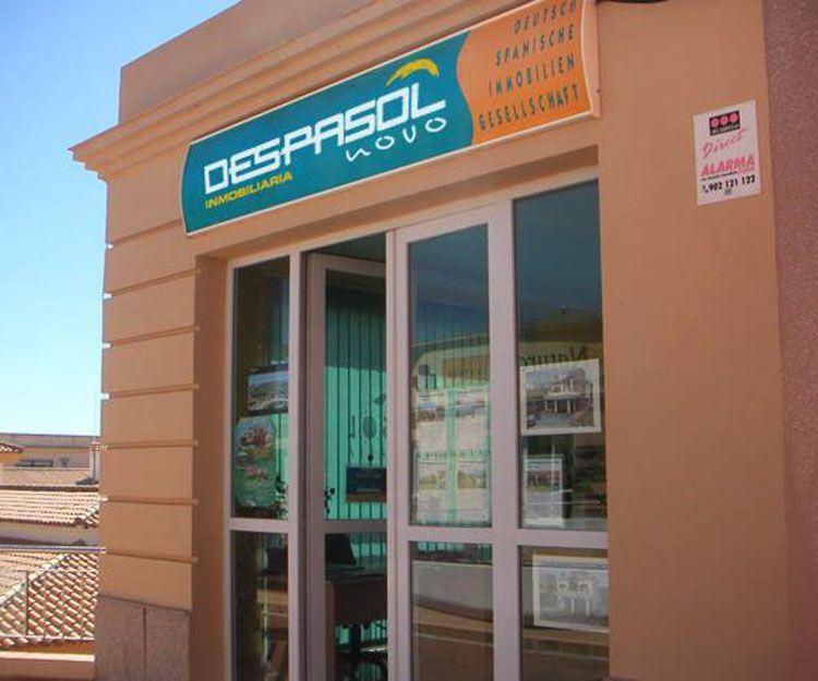 Fachada de la inmobiliaria en Chiclana de la Frontera