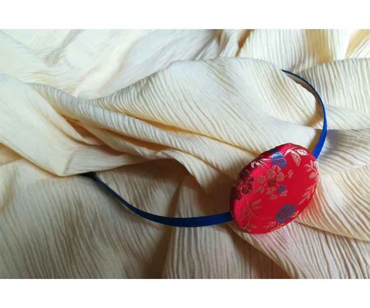 Diadema con aplique de tela en seda estampada