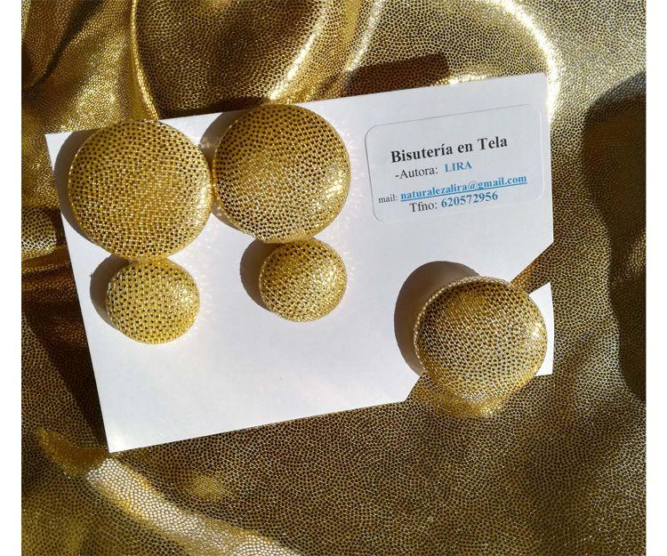 Conjunto de pendientes pegados a la oreja y anillo en tela brillante dorada