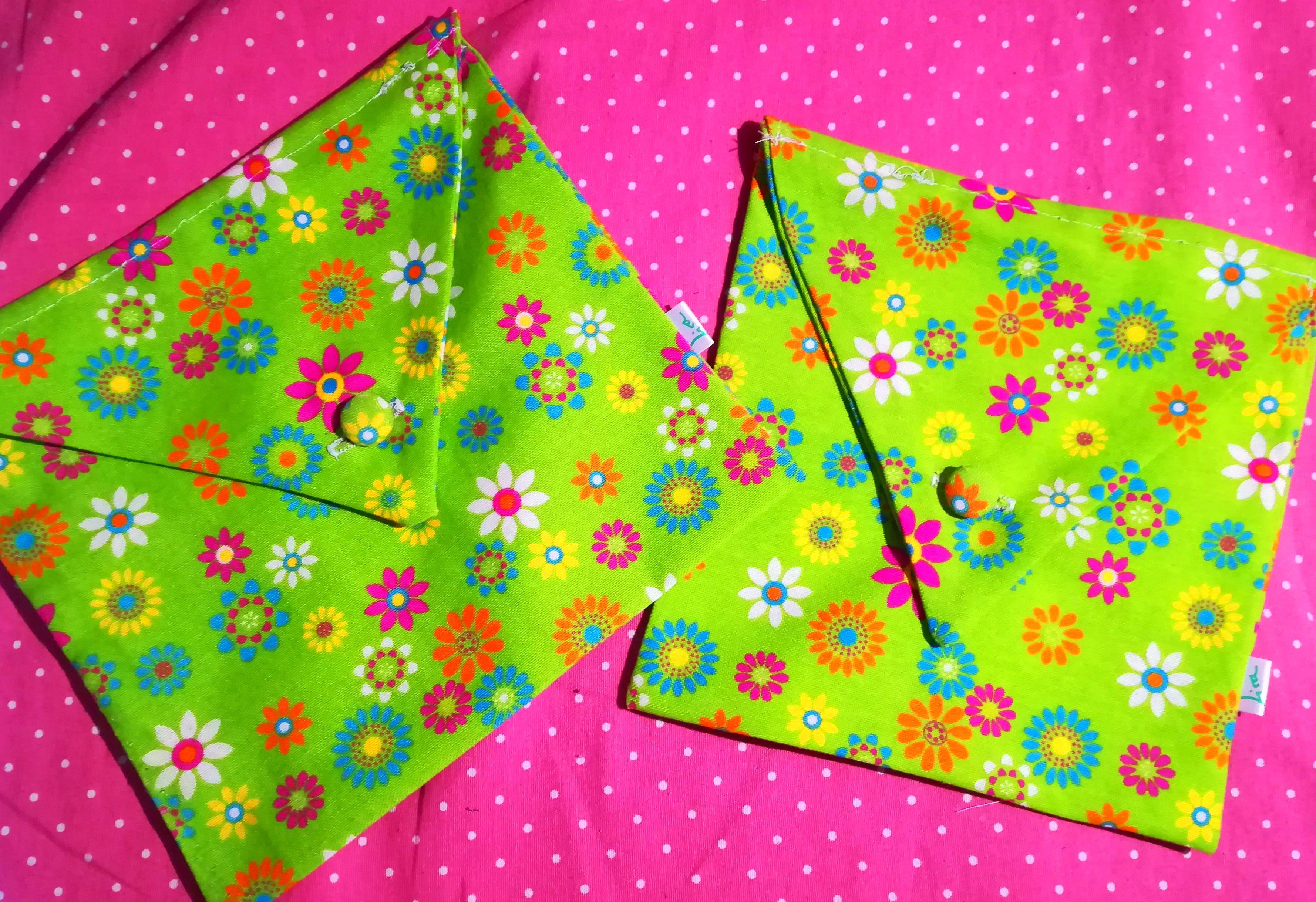 Bolsa-Sobre confeccionada en alegre tela de loneta estampada y botón forrado de igual tela,by Lira.