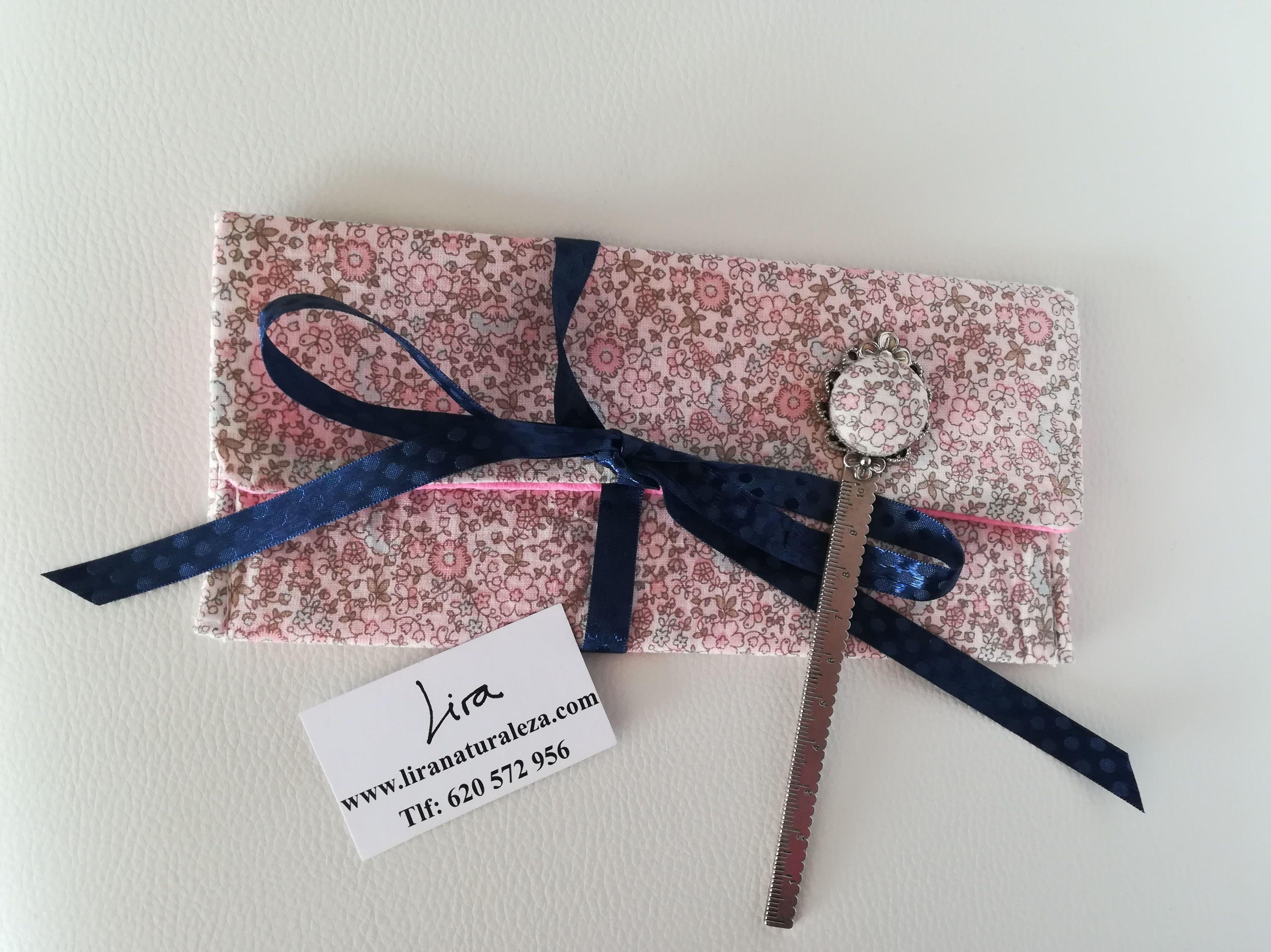 Regla de costura y costurero confeccionados con la misma tela. Un toque de flores en tu kit de costura.