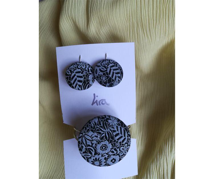 Pendientes con pulsera metálica en tela estampada en blanco y negro