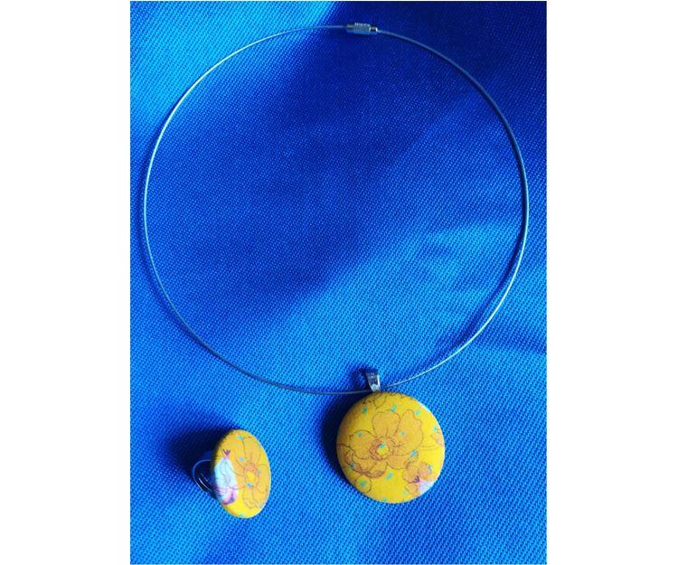 Collar de metal y anillo flexible en tela de algodón con tonos amarillos