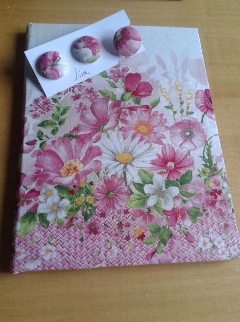 cuaderno encuadernado en tela y bisutería en tela a juego