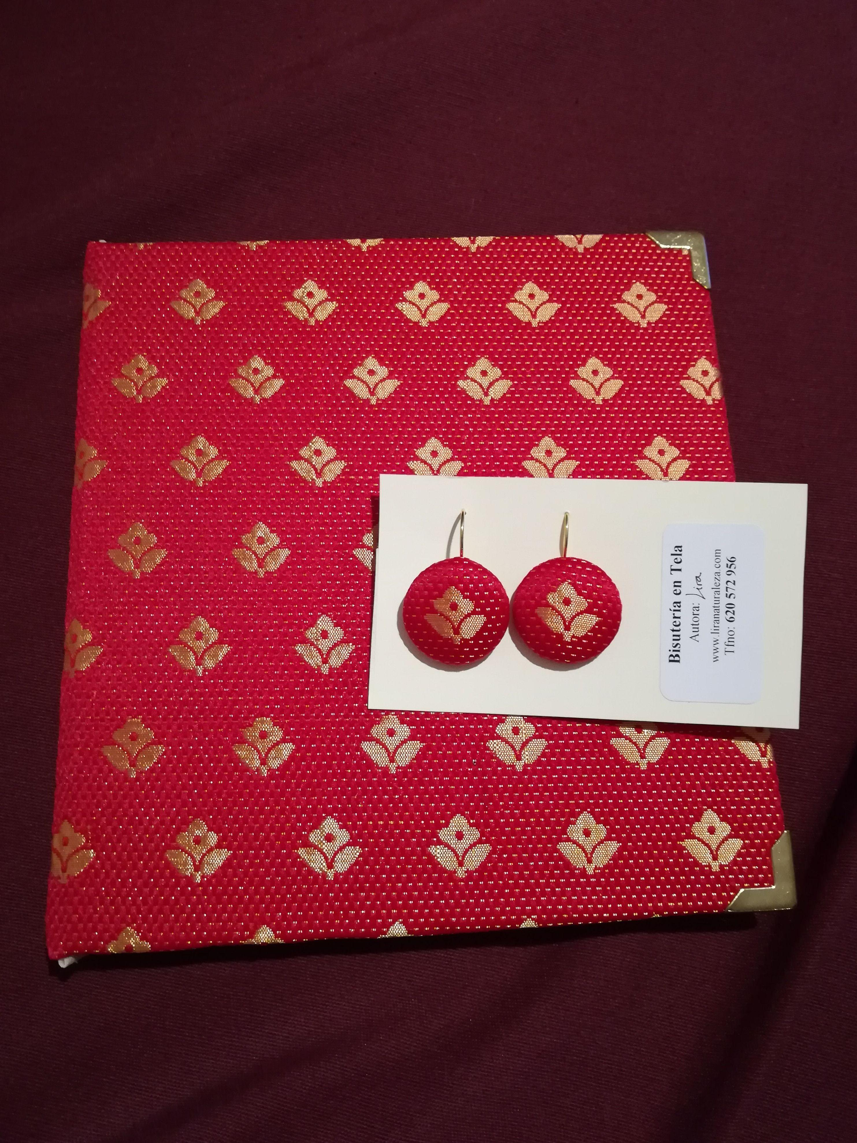 Cuaderno encuadernado en tela de la zona de Tiruvannamalai (India), y pendientes a juego con la misma tela de brocado.