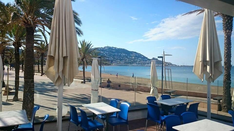 Bares frente a la playa en Roses, Girona